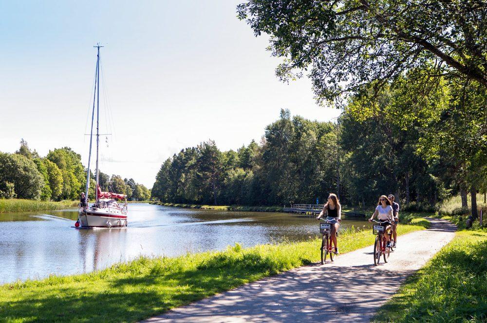 Vacker cykling vid Göta kanal