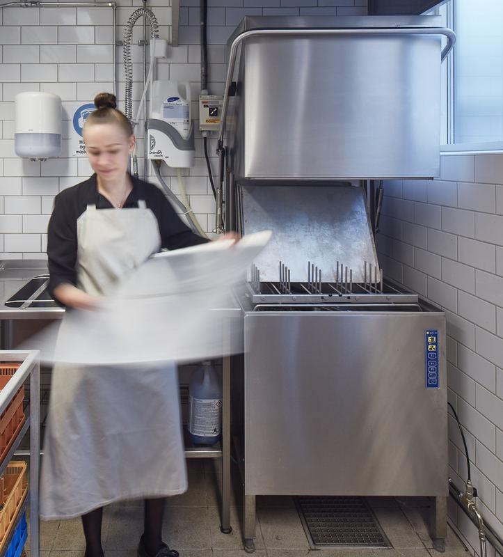 Ung kvinna i bageri tar ur disk från kombidiskmaskin WD-8