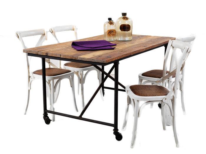 Bretagne matgrupp med 4 vita stolar