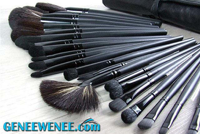 £15.99 instead of £69.99 (from Genee Wenee) for a 32 piece natural hair makeup brush set and leather-effect bag - save 77%