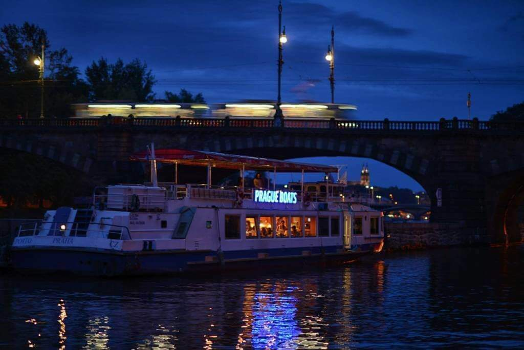 Vecerni lod v Praze