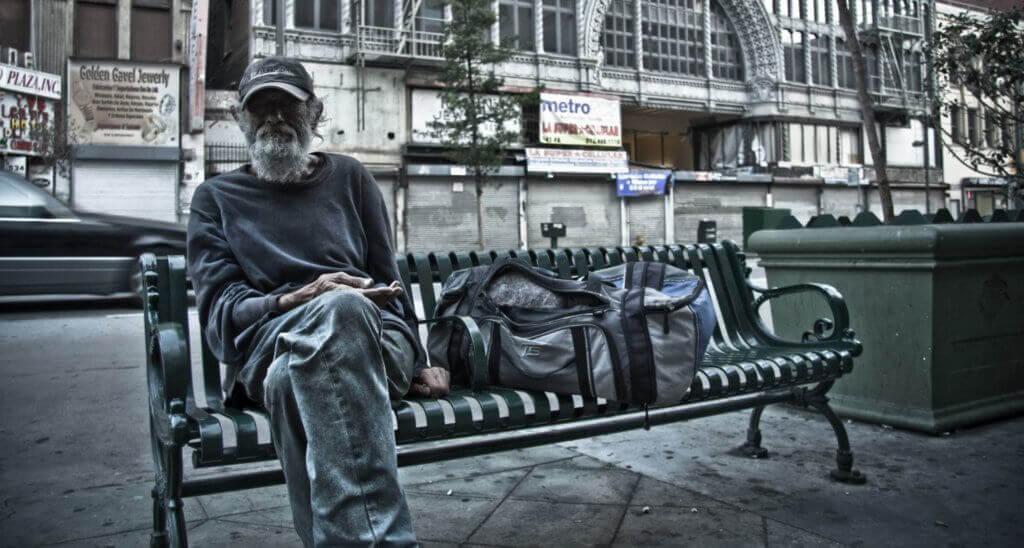 Bezdomovec na lavici