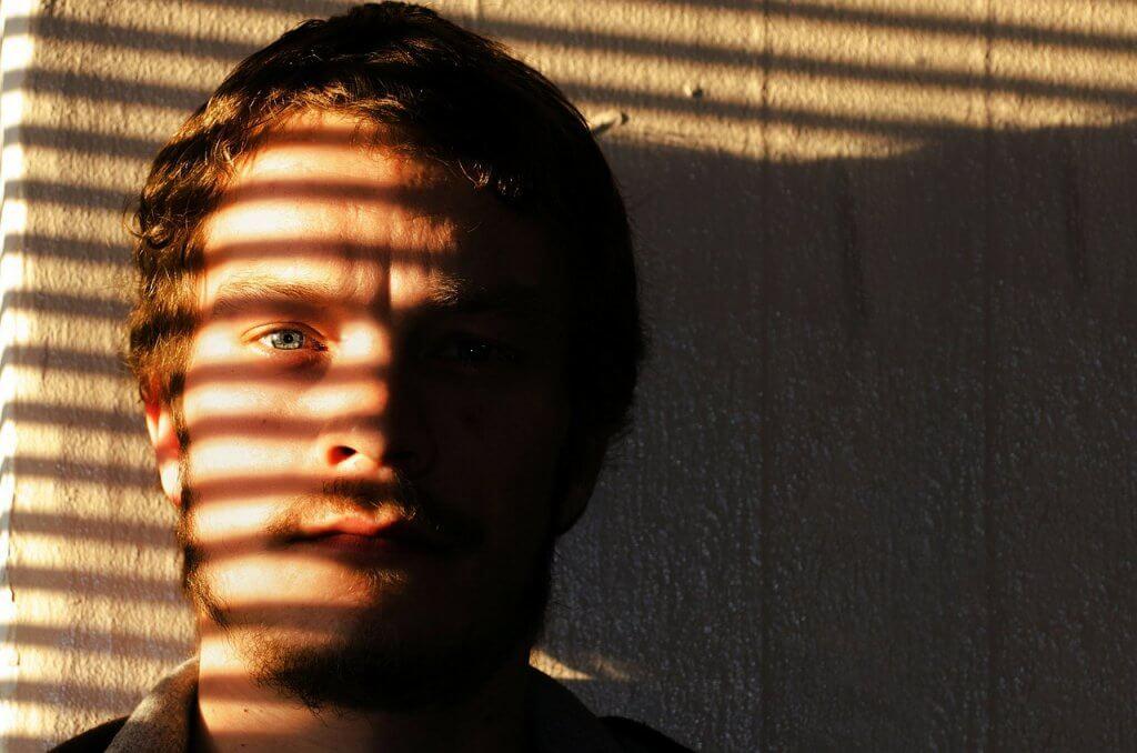 Muž ve stínu