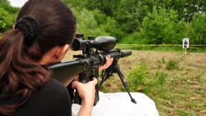 žena střílí pif paf
