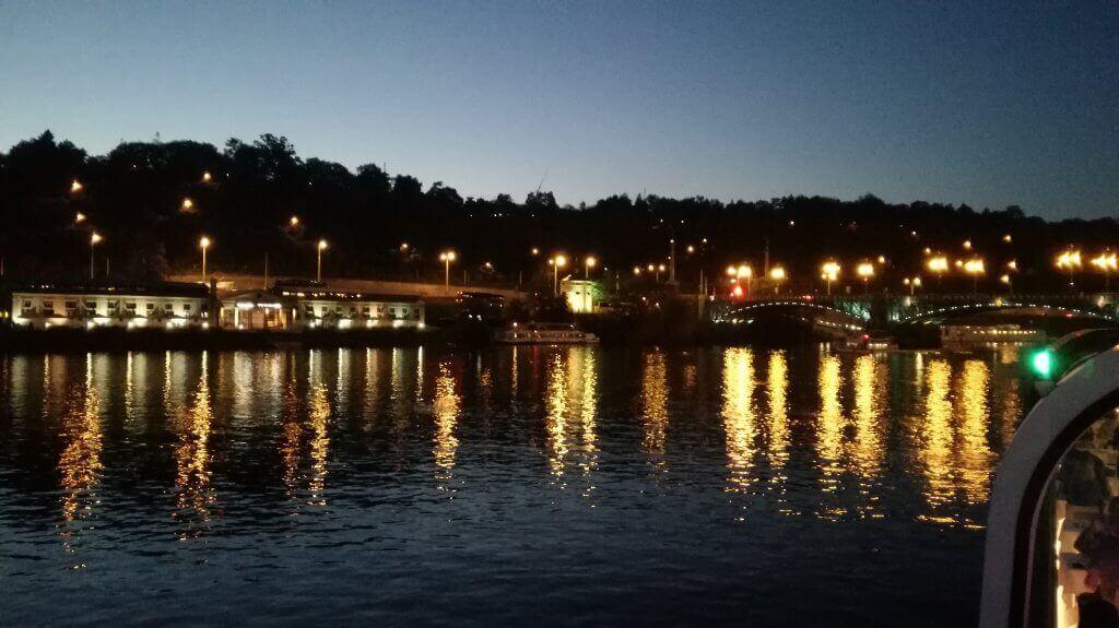 Plavba po Vltavě večer