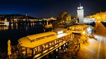 vyletni lode naplavka pohled v noci Praha