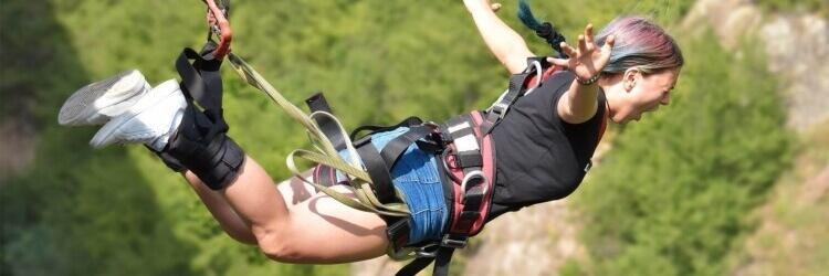 žena skáče bungee jumping a křičí