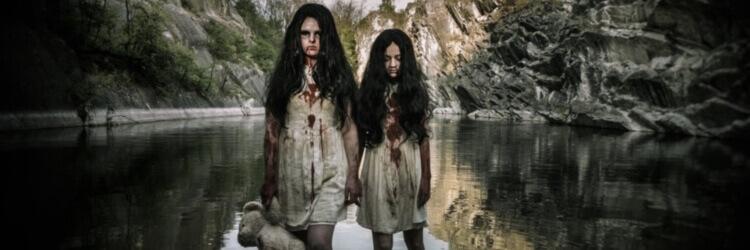 dvě děvčata ve strašidelném domě na valentýna