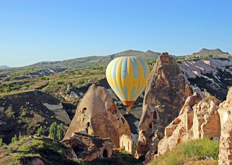 let balonem mezi skalami