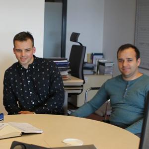 Zespół STKTK z mentorem Łukaszem Grużewskim podpisują dokumenty udziału w Hub of Talents