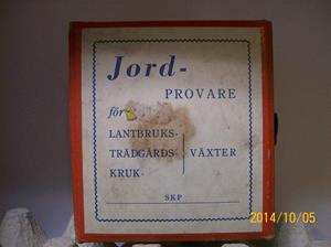 892. Såld. Jordprovare, PH-värde SKP. Komplett med innehåll för provtagning. Tillv: 1962. Kristoffersson har själv använt denna i början på 1960-talet. Fotonr: 101_0671.