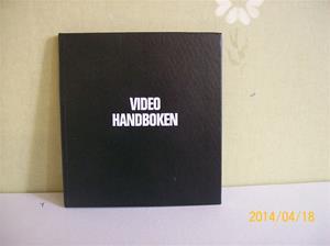 858. Videohandbok. Som framgår av namnet, en handbok för då gällande videosystem år 1975(då fanns det ett par olika system, idag finns bara VHS kvar).  Fotonr: 101_0610