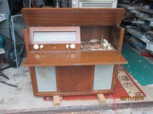 Säljer denna (se bild) AGA radiogrammofon pga. platsbrist, har för många. Har aldrig provat den. Tyvärr saknas bakstycket, där elkontakten satt på dessa maskiner. I övrigt troligtvis intakt. Radiogrammofonen är nött av tidens tand och behöver omvårdnad. Tr