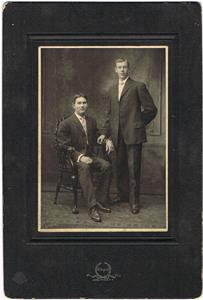 Min mormors bror Aron till vänster, höger okänd. Aron flyttade till Amerika.
