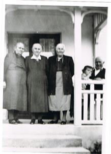 Från vänster Mor Hermanna (min mormor), Lina, moster Emma, Anna-Stina och Far Oscar ca 1950.