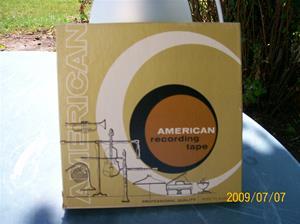 319. American Recording Tape, magnetband. Typ: 1800FT Acetate. Nr: 16. I asken ligger en handskriven lapp med innehållet. Det står även Nr. 10 American Line. Fotonr: 100_3665