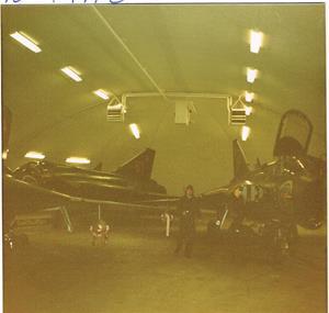 I en hangar. Karlsson Västervik mellan två Drakar.