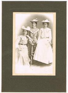 Från vänster min mors moster Lina, moster Emma och min mormor Hermanna. Årtal okänt.