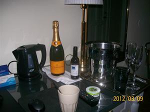 2012 03 08. Champagnen på rummet.