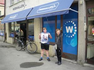 SANY0070. Vi gjorde ett besök i Göteborg, som grabbarna ville. Emil skulle köpa present till Hampus. Han hade ringt och beställt så det var bara att hämta ut. 20/6, 11:33.