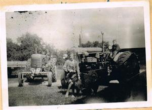 Inga-Maj leker med Tosse och Sune på traktorn 001