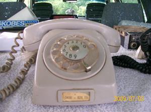 303. Televerket, bordstelefon. Typ: Ljusgrå plasttelefon. Nr: 0498-82619. Fotonr: 100_3604