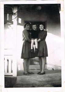 Inga-Maj, Anna-Stina och Sivert på verandan i Näs 001