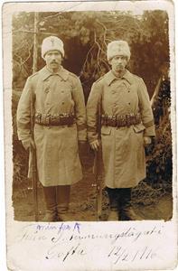 Far Oscar (min morfar) till vänster (höger okänd) från interneringslägret i Tofta 1916 02 12.