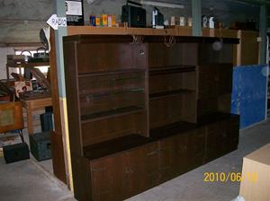 429. Bokhylla. Typ: Tre sektioner, glasdörrar och barskåp. Fotonr: 100_5981