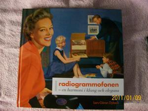 505. Radiogrammofonen, bok. Typ: En harmoni i klang och elegans. Nr: ISBN 978-91-89136-16-8. Utgivn.år: 2008/Sverige. Fotonr: 100_7634