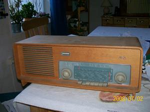 125. AGA rörmottagare. Typ: 3233. Nummer: 197897. Text på baksidan: Tele-Radio Åke Fordal S:t Hansgatan 30 Visby. Tele: 14476. Fotonr: 100_1234. Inlagt på webben 2014 06 05.