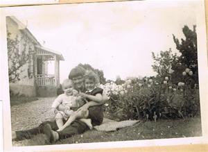 Anne-Marie, Eva-Lisa och Sivert i trädgården Skåls i Näs 001