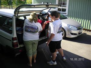 SANY0023. Urpackning av bilen vid stugan. 2013-06-18. 17:32.