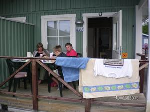 SANY0045. Frukost på stugterassen. 2013-06-19. 08:07.