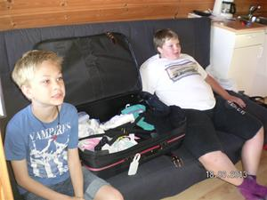 SANY0028. Hampus och Emil kollar på TV:n.
