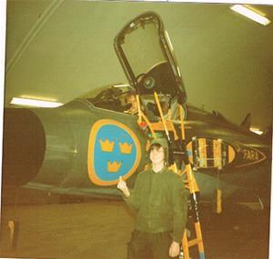 Gustavsson i en hangar framför       J35 Draken.
