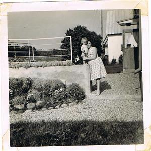 Mor Iris och jag vid klagomuren ca 1960 001