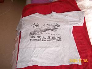 261. Kinesiska muren, T-shirt. Färg: Ljusgrå. Köpt på den Kinesiska muren april 2007. Fotonr: 100_2256