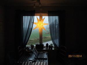 Montering av adventsstjärna i Eriks kök. IMG_0634