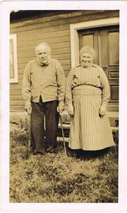 Min mormors mor och far i Hamra. Årtal okänt.