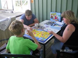 SANY0075. Maria och herrarna spelar Ullaredsspelet. 20/6, 18:36.