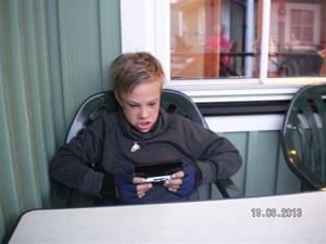 SANY0066. Hampus tränar Gameboy. Tid och datum som föreg. foto.