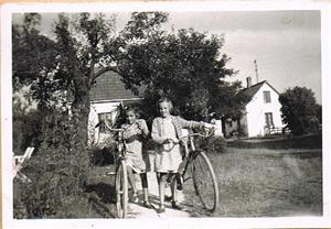Anna-Stina och Inga Maj på väg till skolan i Näs 001