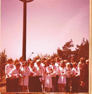Alla konfaskolans elever på avslutningen foto 2 1975