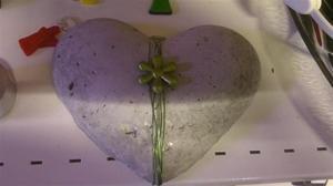 Hjärta i cement med ett smycke