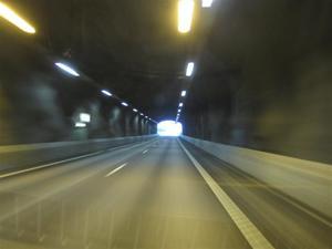 4. Man passerar några tunnlar på nya E-18.