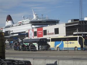3. Framme vid Stadsgårdskajen i Stockholm kl 15.30. Här kommer buss efter buss med resenärer.