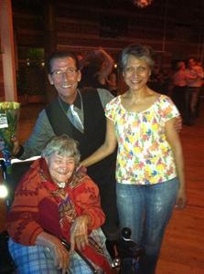 9. Två flitiga Hallunda besökare Bibbi och Anita i rullstolen. Anita gav oss blommor och önskade Conny lycka till i gänget.