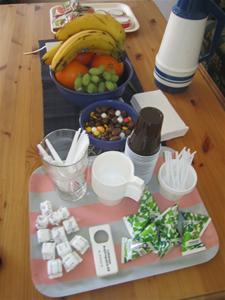 8. ...i logen står bordet dukat med kaffe, fikabröd, frukt, godis och läsk..