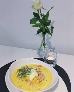 Saffranssoppa med räkor och tre sorters fisk (lax, sejfilé och torsk)